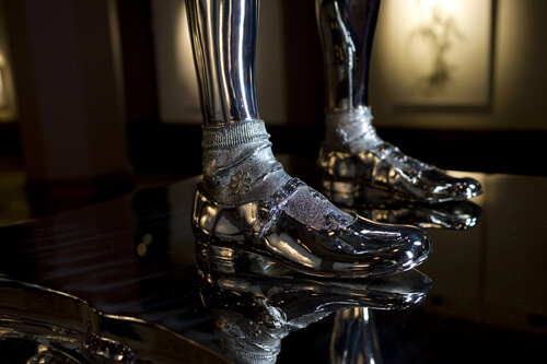stainless-steel-girl-guns-feet-detail